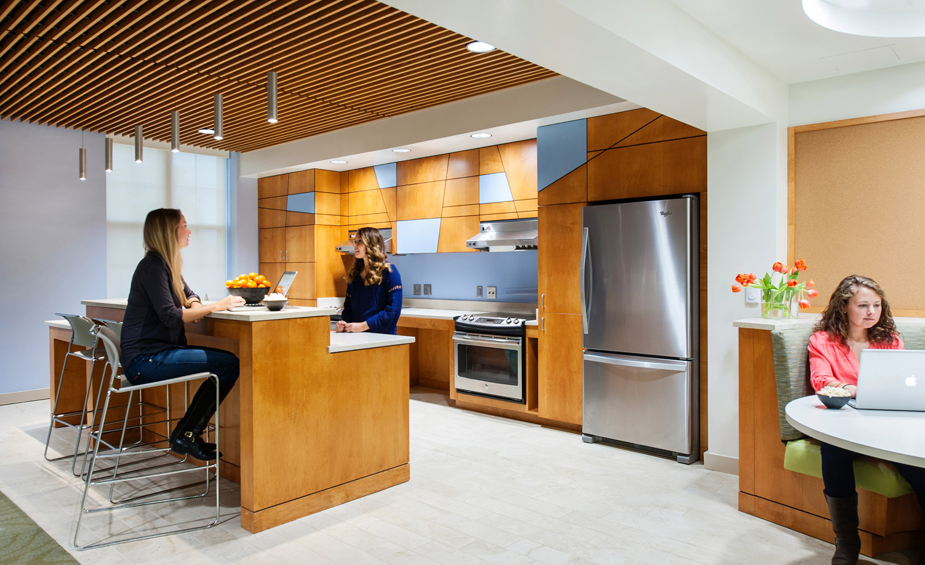 With open and connected lounge, kitchen, laundry and study space, the building's common spaces inspire students to socialize, study, collaborate, and form bonds that expand beyond the independent sororities.